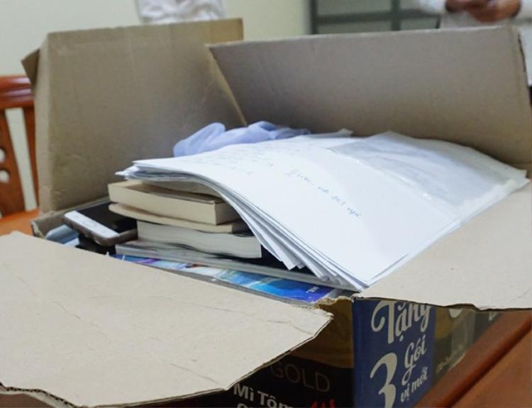 Số sách, tài liệu liên quan đến hoạt động truyền đạo trái phép bị Công an TP Vinh thu giữ. Ảnh: Dân Trí.
