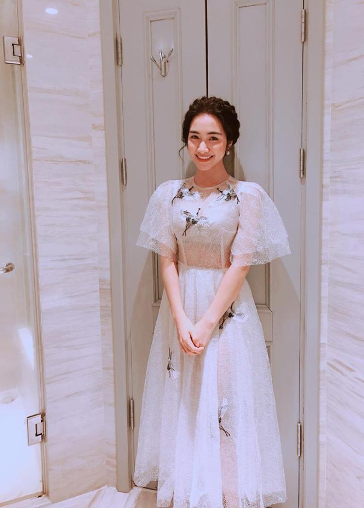 Hoà Minzy trong trang phục kín đáo.