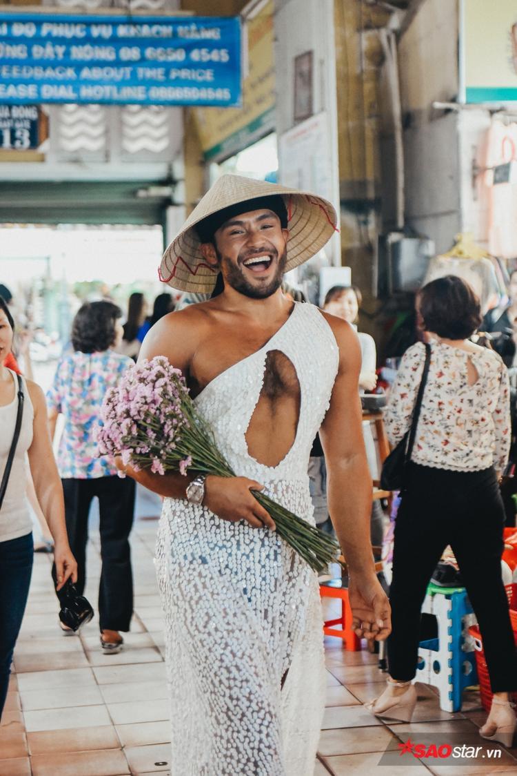 """Nụ cười toả nắng đầy thu hút của Sinon Loresca. """"Thánh catwalk"""" diện bộ trang phục quyến rũ và chiếc nón lá đặc trưng của Việt Nam."""