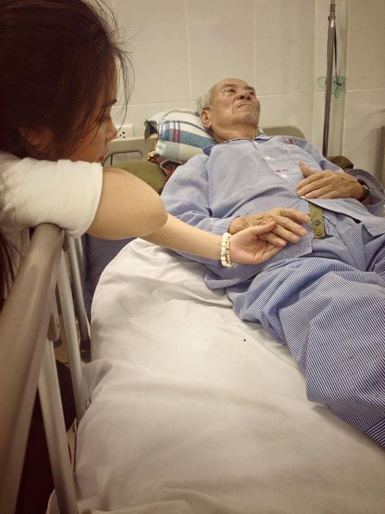 Chủ nhân bài viết đang ở bên cạnh ông trong bệnh viện.