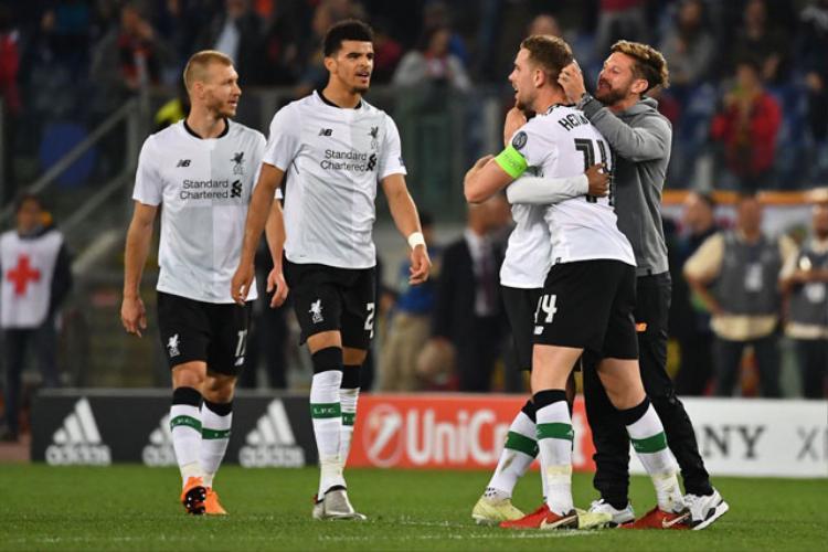 Các cầu thủ Liverpool ăn mừng chiến thắng.