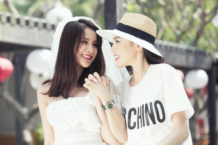 Diệp Lâm Anh cười hạnh phúc bên cạnh cô em thân thiết Kỳ Duyên.