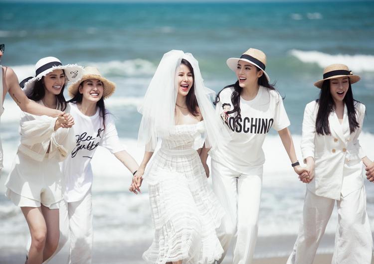 Hội bạn thân của Diệp Lâm Anh gồm những mỹ nhân nổi tiếng của showbiz Việt như: Hoa hậu Kỳ Duyên, Jolie Nguyễn, Lam Cúc và Hà Lade.