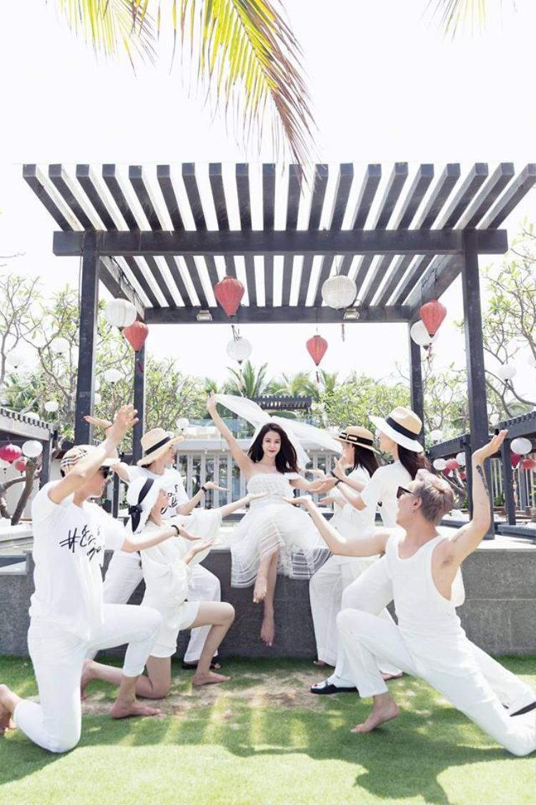 Trước ngày về nhà chồng, Diệp Lâm Anh muốn tận hưởng kỳ nghỉ cùng những người bạn đã đồng hành cùng cô trong suốt thời gian qua.