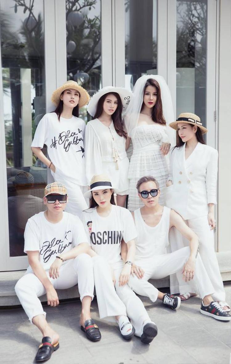 Trong trang phục trắng tinh khôi, hội bạn thân có kỳ nghỉ dưỡng trước ngày chân dài sinh năm 1989 lên xe hoa.