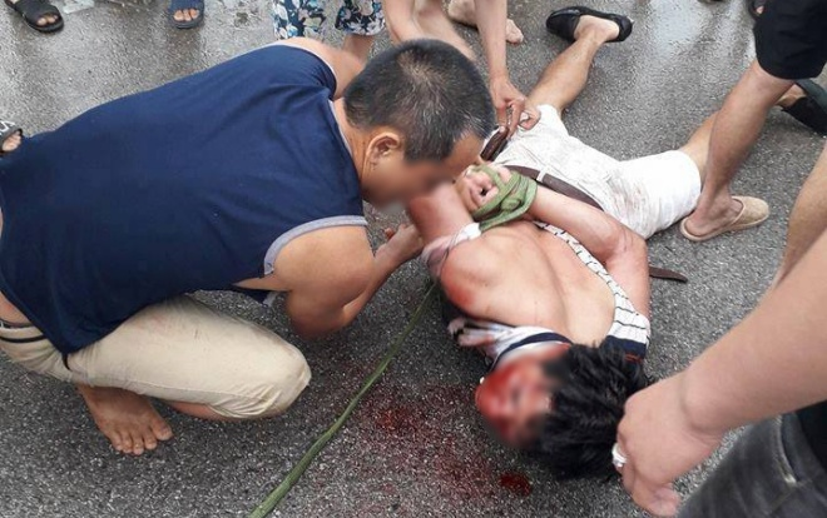 Hình ảnh người đàn ông nghi bắt cóc bé gái 9 tuổi bị người dân bắt giữ.