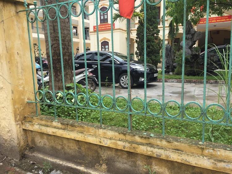 Xe ô tô của người đàn ông nghi bắt cóc vẫn ở trụ sở Công an huyện Văn Giang.