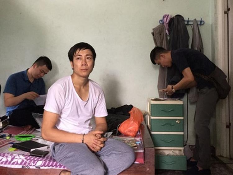 Lực lượng công an bắt giữ và khám xét nơi ở của Đỗ Xuân Hiếu. Ảnh: CACC.