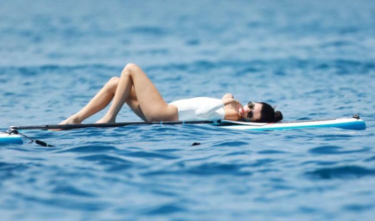 Mẫu áo tắm của Midsommar Swim sau khi được Kendall lăng xê thì đã ngay lập tức cháy hàng.
