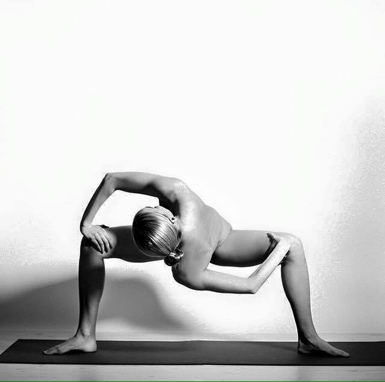 Xem xong những bức hình nude tuyệt đẹp trong các tư thế này, bạn chắc chắn muốn đi tập yoga