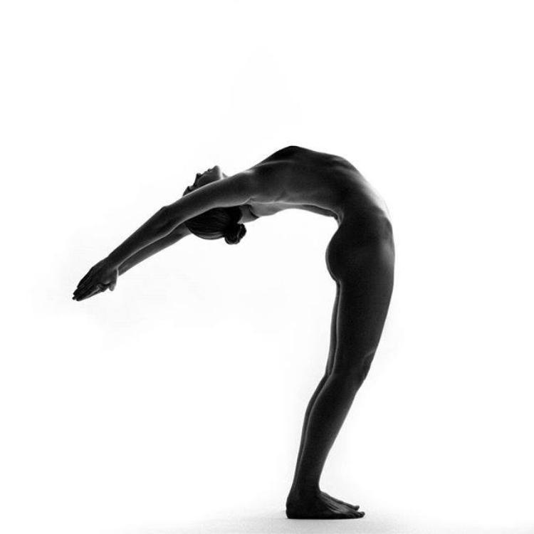 Chào mặt trời là tư thế lấy cảm hứng từ những điều tự nhiên nhất, đánh thức cơ thể đón ánh nắng mặt trời để sinh sôi và phát triển. Đây là một trong những bài yoga nổi tiếng nhất, được thực hành trong hầu hết các buổi tập yoga.