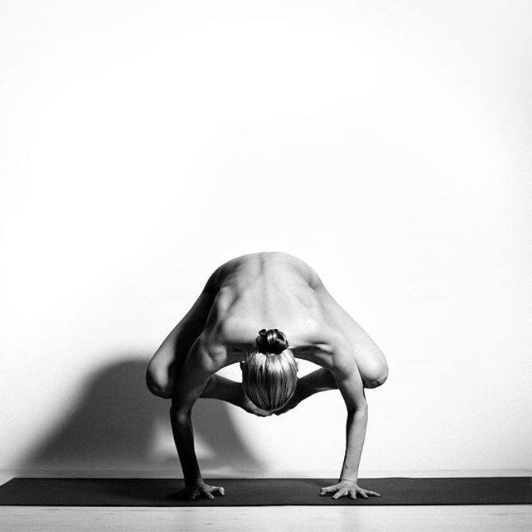 Động tác trong bài tập Con quạ. Tư thế này giúp cải thiện thăng bằng, tăng lực tay và tăng cường tuần hoàn máu. Chỉ cần kiên trì và cố gắng tập luyện, bạn sẽ thành thục tư thế con quạ rất nhanh thôi.