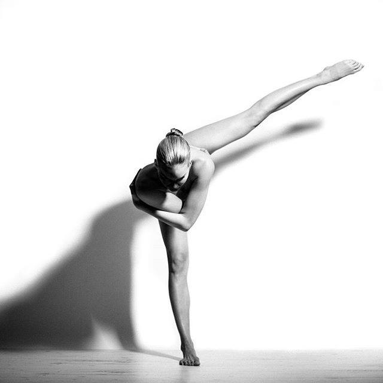 Động tác thăng bằng trong Yoga, giúp người tập tập trung cơ thể và tâm trí vào bên trong, giúp kiểm soát được cơ thể tốt hơn bên cạnh mục tiêu tăng cường cơ bắp, thư thái tâm hồn.