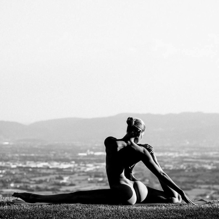 Là một động tác trong bài tập Chim bồ câu - Bồ câu xoạc dọc, giúp tăng cường sức mạnh ở hông, chống mỏi hông và lưng, có tác dụng tốt với nữ giới. Bài tập làm giảm đau lưng thắt lưng dưới và cải thiện độ dẻo của lưng dưới.