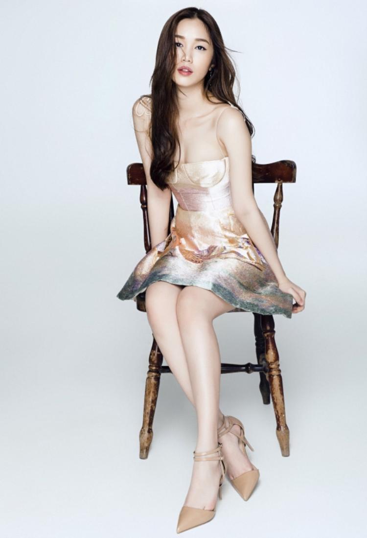 Ngoài chiếc váy đó, Quỳnh Hương còn lựa chọn một thiết kế ngắn hơn, được thêu họa tiết của Trần Hùng.