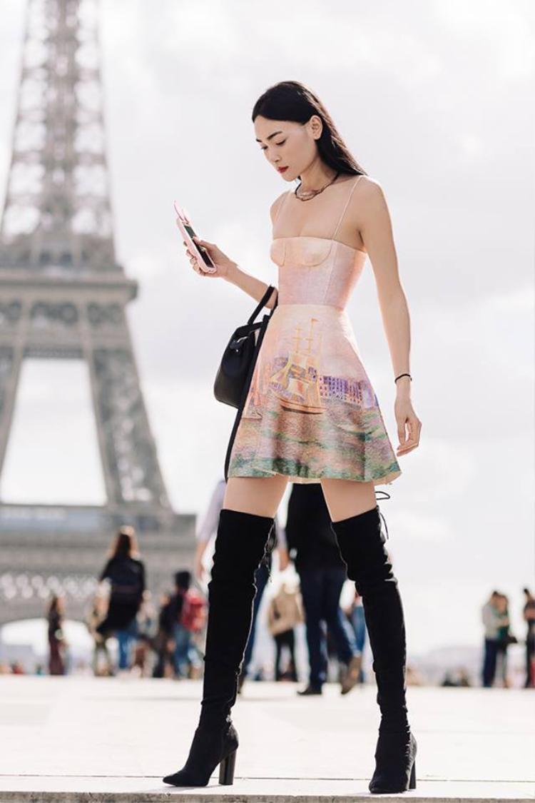 Với đôi chân dài 1m15 và thần thái của một siêu mẫu, có thể khẳng định Thùy Trang là một trong những mỹ nhân đẹp nhất khi diện thiết kế này.