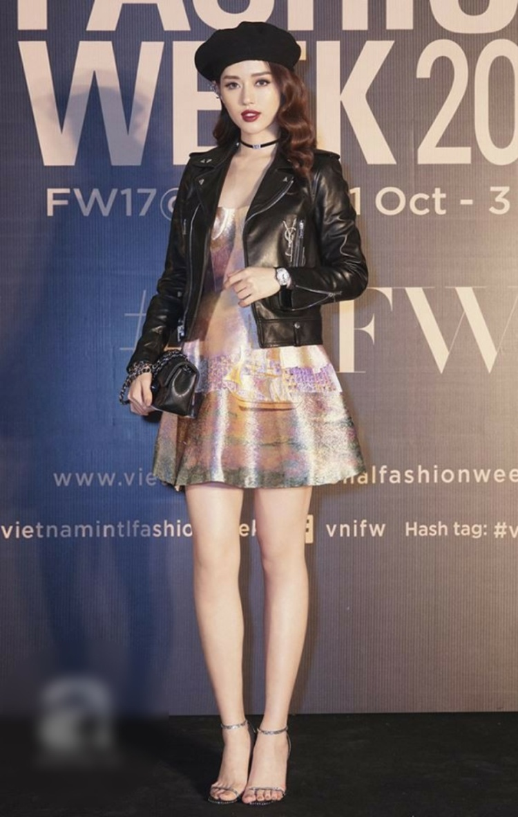Thay vì diện riêng, Khánh Linh The Face lại mix cùng mũ nồi và áo khoác da, đem đến vẻ ngoài cá tính.