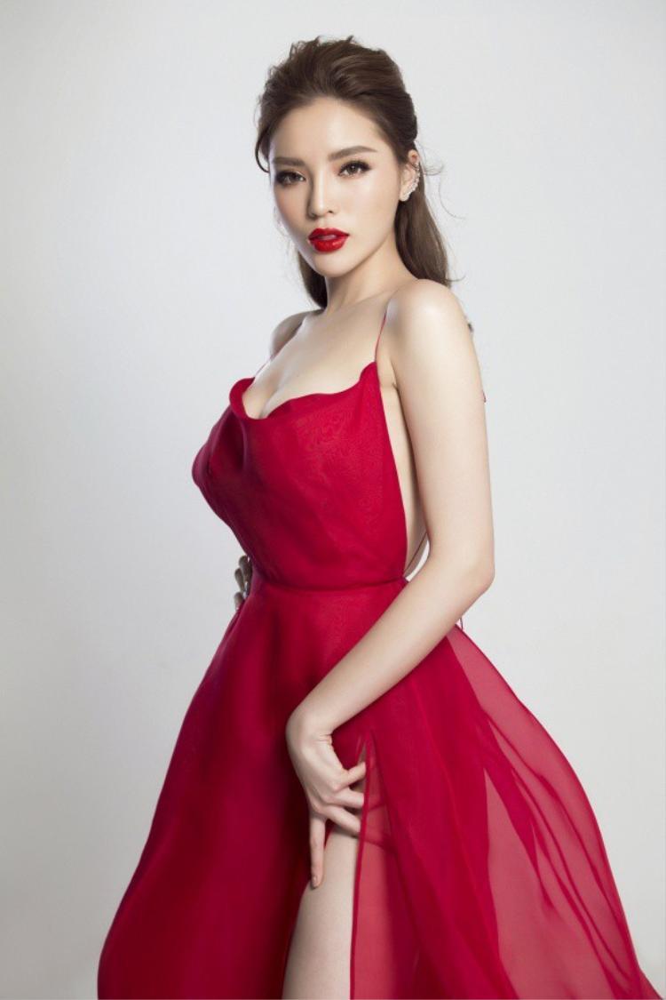 Trước đó, Kỳ Duyên cũng từng lựa chọn chiếc váy này trong bộ ảnh mới được chụp sau khi nâng ngực. Có thể nhận thấy, thiết kế trễ nải giúp người đẹp khoe trọn đôi gò bồng đào mà lại chẳng hề phô phang, phản cảm.