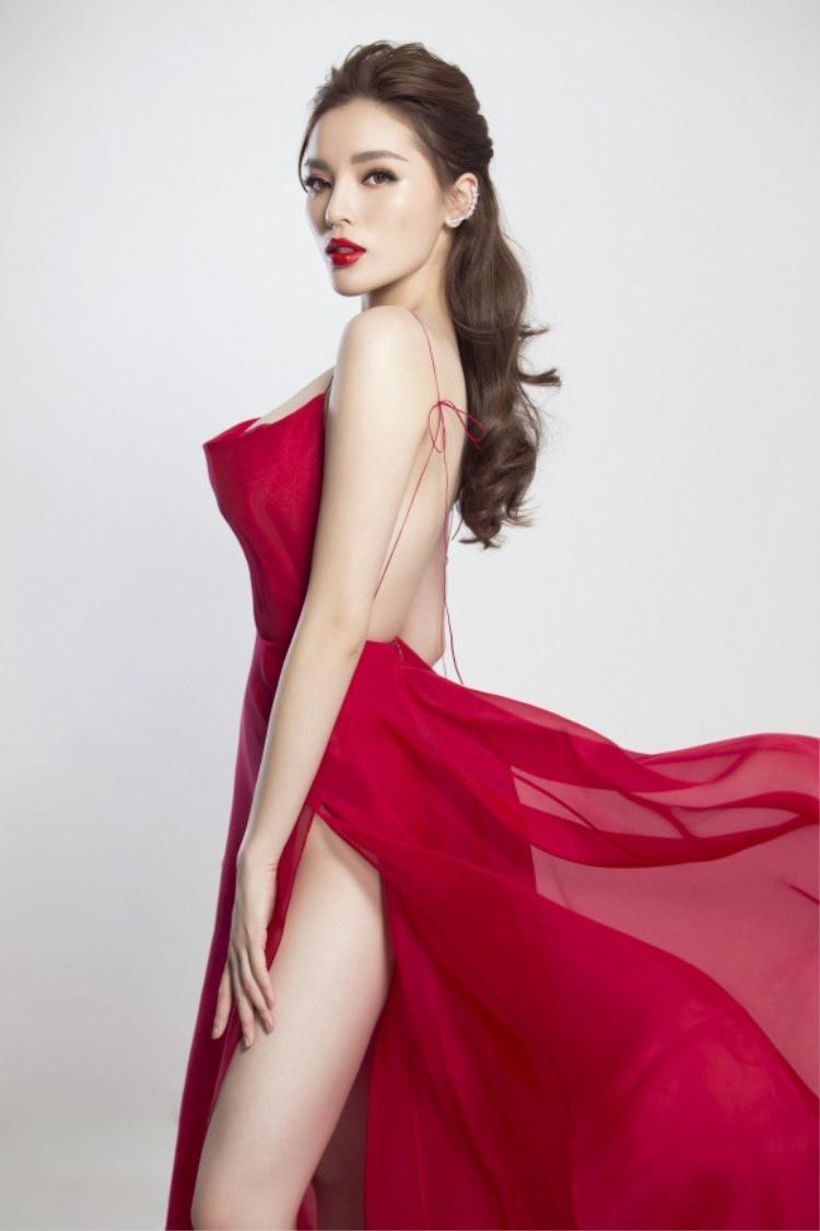 Để phù hợp với trang phục, Kỳ Duyên lựa chọn màu son đỏ rực và mái tóc bới nhẹ.