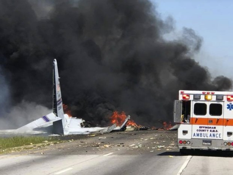 Máy bay vỡ nát và bốc khói đen nghi ngút sau tai nạn. Ảnh: AP