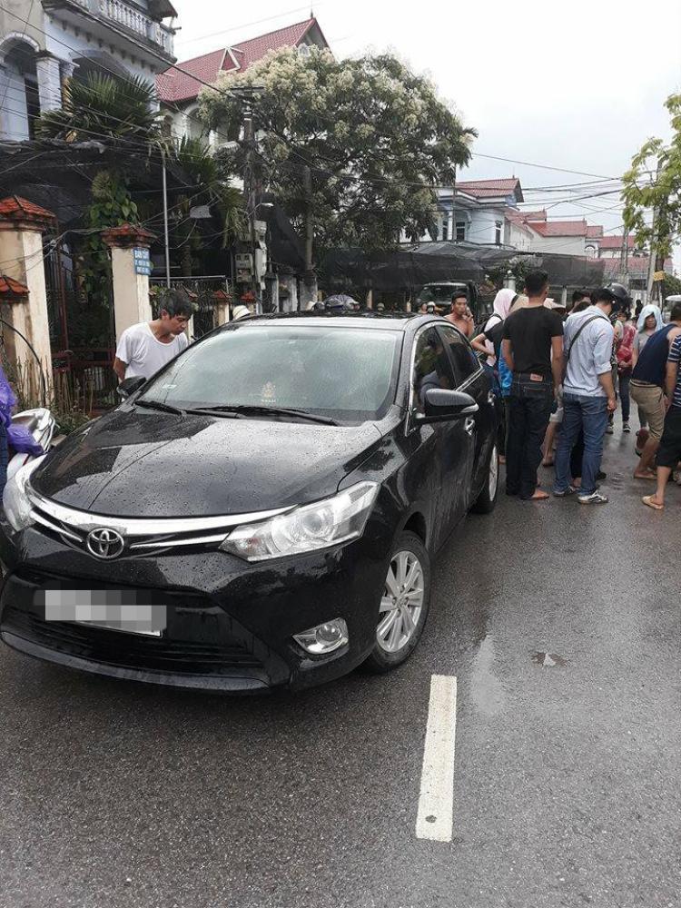Chiếc xe ô tô của đối tượng bị người dân chặn giữ lại.