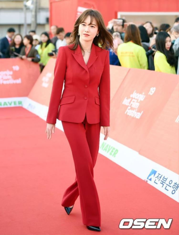 """""""Nàng cỏ"""" Goo Hye Sun diện """"nguyên cây"""" màu đỏ, nổi bật giữa đám đông."""