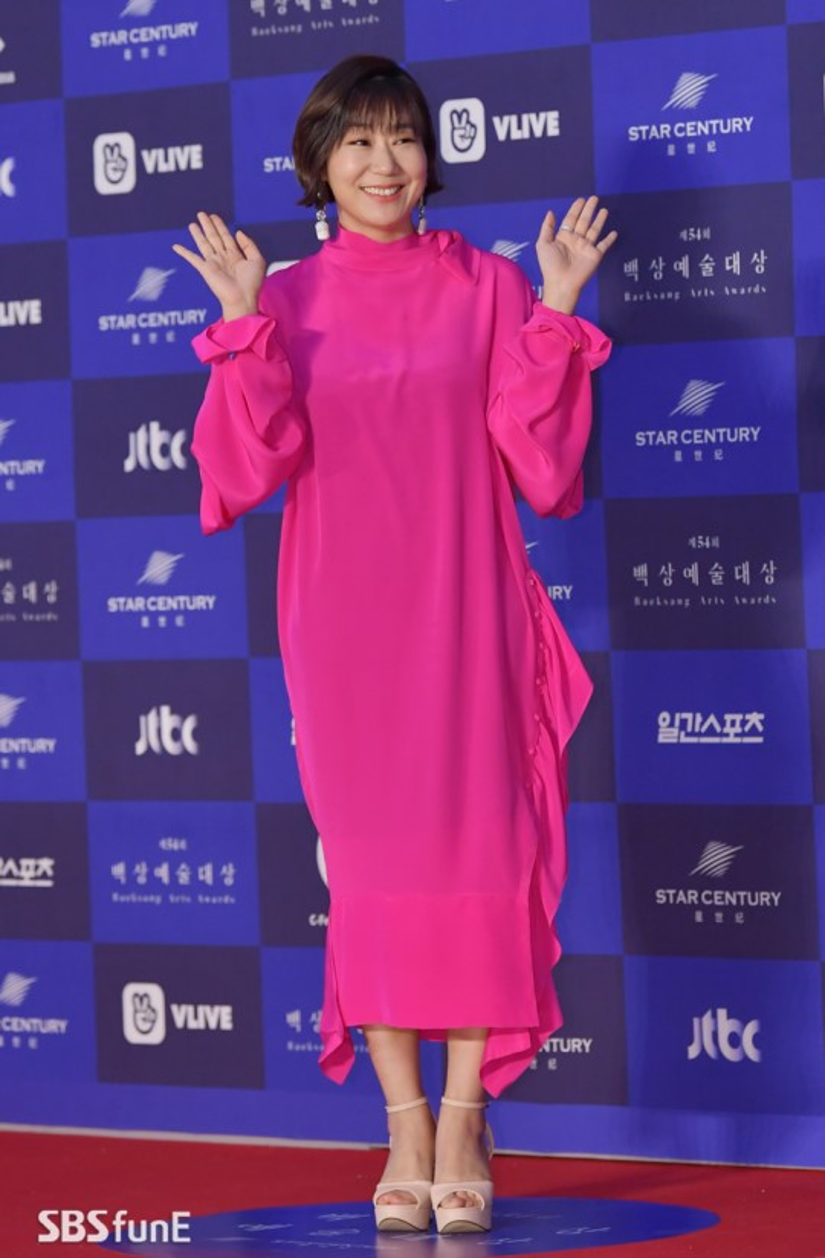 Lee Mi Ran tạo thêm màu sắc khi mặc váy hồng.