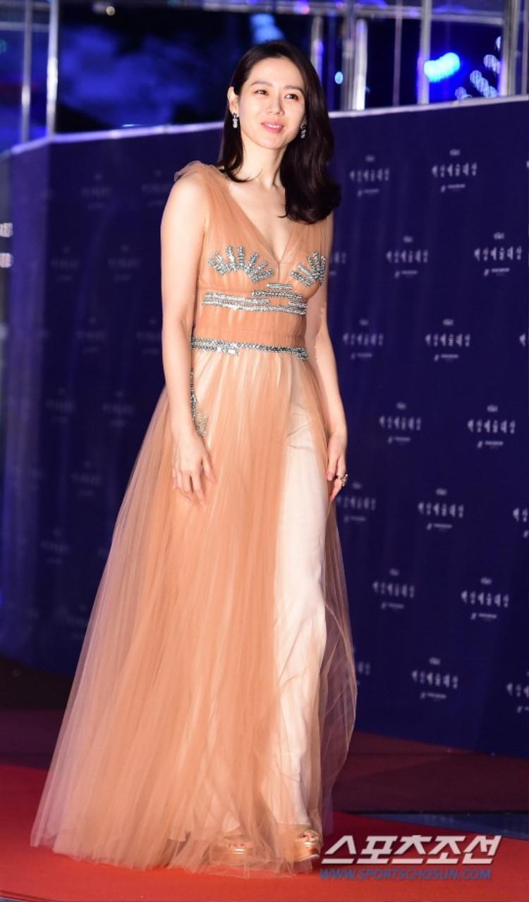 Nữ diễn viên sinh năm 1982 - Son Ye Jin diện bộ váy màu cam nhạt giản dị.