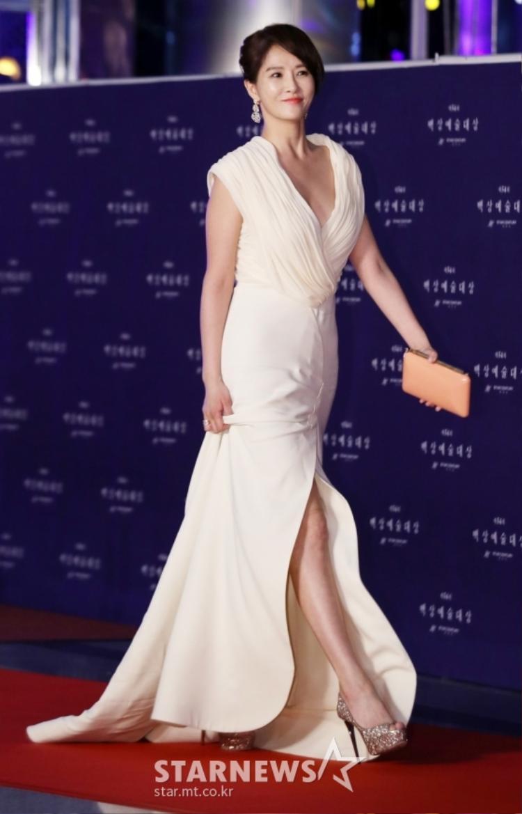 Kim Sun Ah tươi tắn, xuất hiện như một nữ thần.