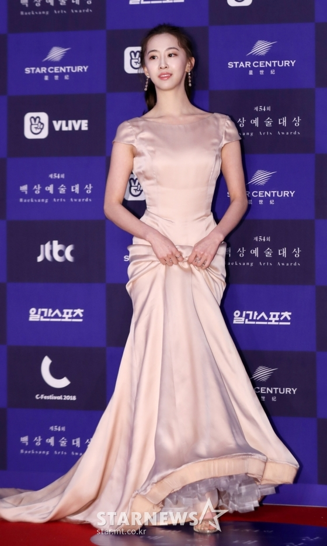Đang tình tứ với Jung Hae In, chị đẹp Son Ye Jin bất ngờ gặp lại hội bạn trai cũ tại Baeksang 2018