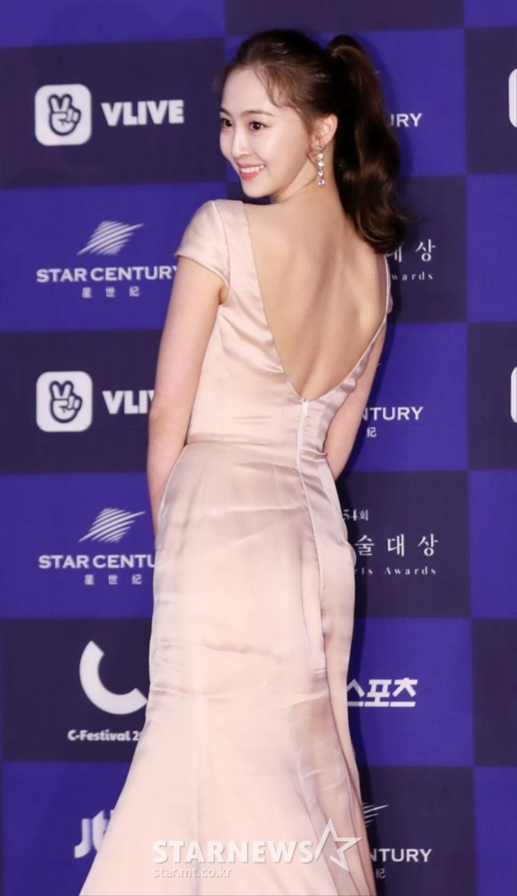 Nữ ca sĩ thần tượng Kim Da Som khoe lưng trần.