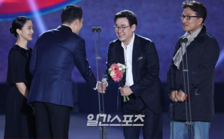 Vắng mặt thảm đỏ, Gong Yoo, Bi Rain, Go Ara cùng L bất ngờ xuất hiện hoạt náo sân khấu Baeksang 2018
