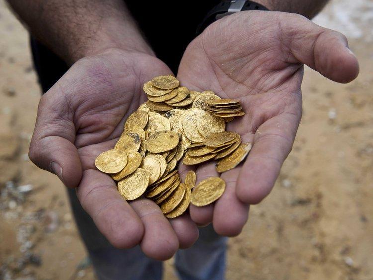 """""""Bạn có 100 đồng tiền xu đang để trên bàn, mỗi đồng tiền có một mặt sấp và một mặt ngửa. 10 trong số chúng đang ở mặt sấp và 90 đang ở mặt ngửa. Bạn không được sờ, nhìn hay bằng bất kì cách nào để xác định mặt nào đang ở trên. Hãy chia số đồng tiền thành hai chồng sao cho số lượng đồng tiền đang ở mặt sấp và số lượng đồng tiền đang ở mặt ngửa ở hai chồng là như sau."""" - Ứng viên Kỹ sư Phần mềm"""