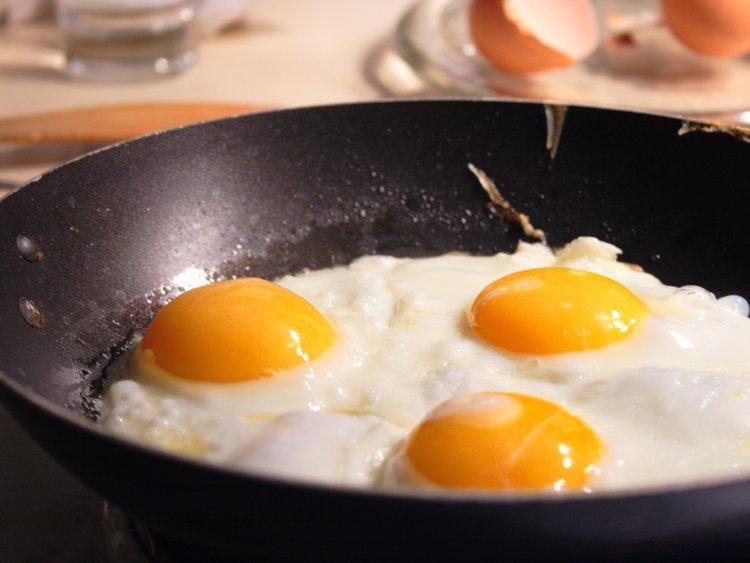 """""""Nếu có hai quả trứng và bạn muốn xác định xem tầng nào là tầng cao nhất bạn có thể thả trứng xuống mà không bị vỡ, bạn sẽ làm thế nào? Cách tối ưu nhất để làm là gì?"""" - Ứng viên Kỹ sư Phần mềm."""