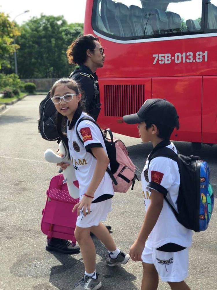 Nam rocker kéo vali cho các con trong chuyến du lịch.
