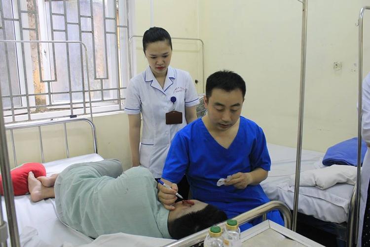 Anh M. vẫn tiếp tục được điều trị tại bệnh viện.