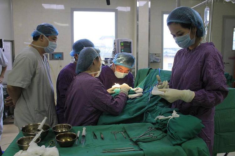 Các bác sĩ tiến hành phẫu thuật tái tạo vành tai cho anh M.