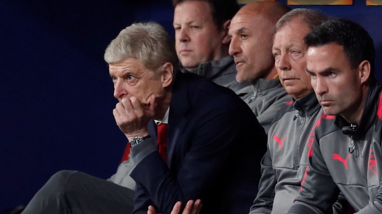 Hơn bất cứ ai, Arsene Wenger là người buồn nhất bên phía Arsenal ở trận đấu đêm qua. Cả trận, Giáo sư không thể nở lấy một nụ cười, ôm đầu, cúi mặt, ngồi chết lặng trên băng ghế chỉ đạo chứng kiến các học trò bất lực trước Atletico Madrid.