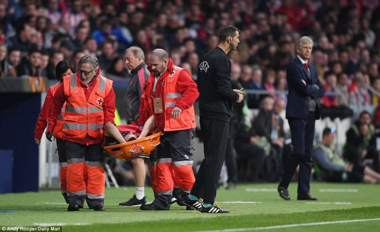 Trong khi chưa tạo ra sự khác biệt nào trên hàng tấn công thì Arsenal đã dính tổn thất ở hàng thủ khi trung vệ Laurent Koscielny dính chấn thương nặng, phải rời sân nhường chỗ cho Calum Chambers ở phút 12.