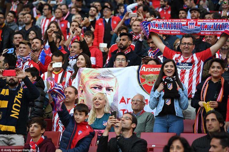 Số ít CĐV Arsenal vẫn dành tình cảm cho HLV người Pháp.