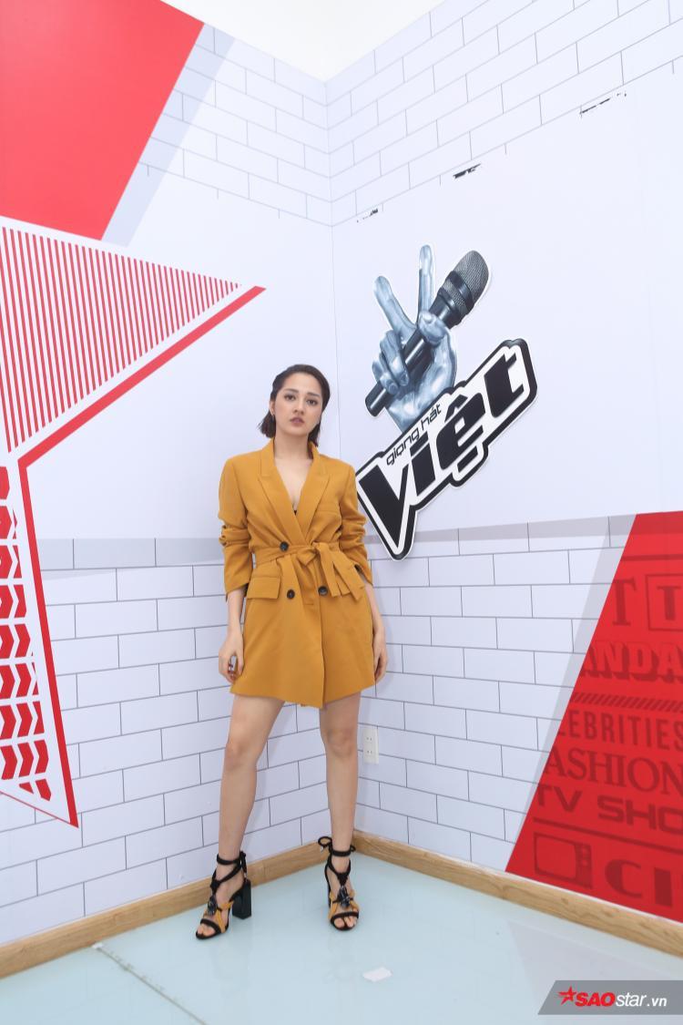 Đến với chương trình Giọng hát Việt, Bảo Anh tiếp tục áp dụng diện vest cách điệu màu vàng bắt mắt.