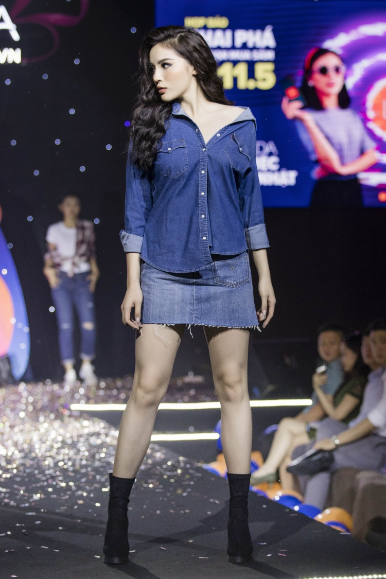 Hoa hậu Việt Nam 2014 cũng trình diễn trong chương trình.