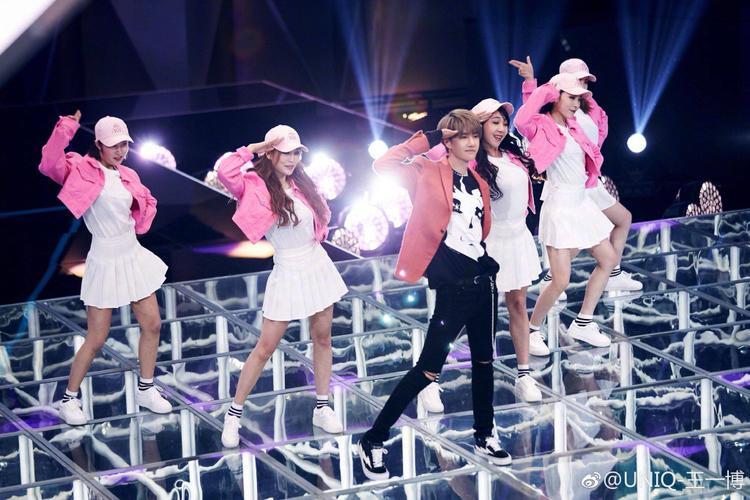 Thần thái đáng yêu đốn tim các thí sinh khi trình diễn vũ đạo của ca khúc chủ đề.
