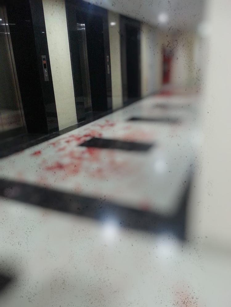 Vết máu tại sảnh được cư dân chụp lại.