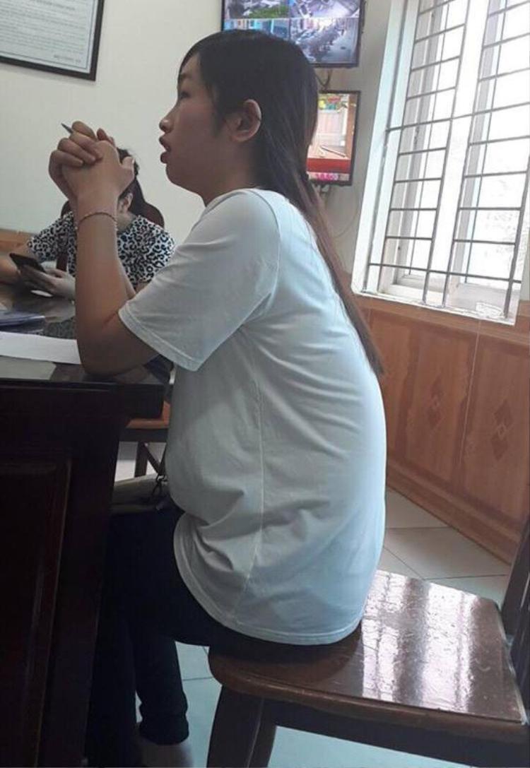 Nữ sinh viên làm tường trình tại cơ quan công an.
