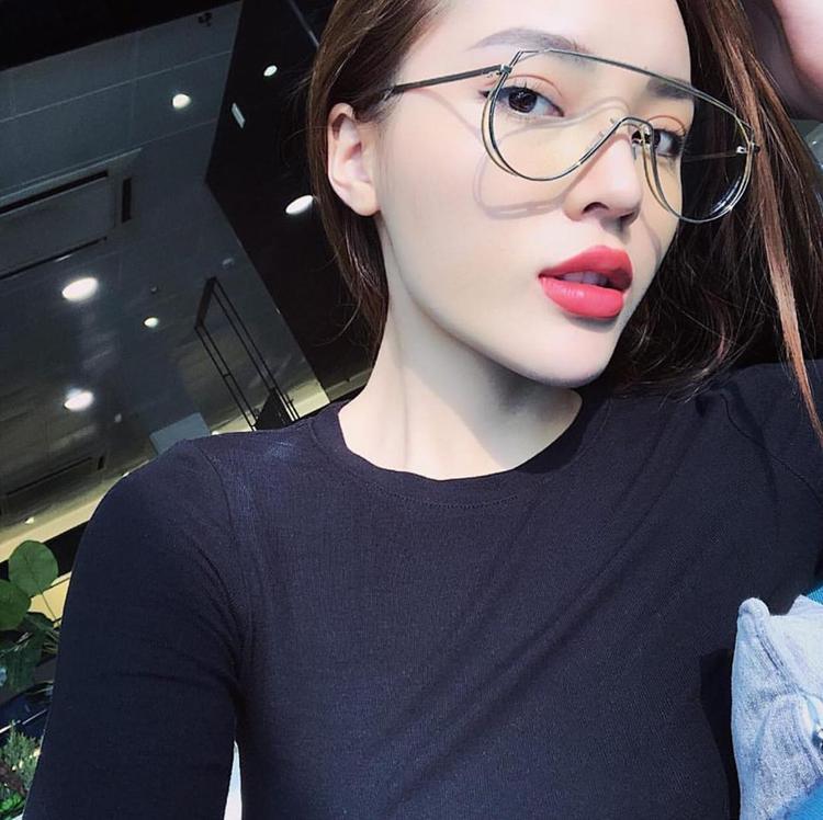 Duyên có vẻ đang rất cưng chiếc kính này, cô kết hợp nó với khá nhiều outfit khác nhau.