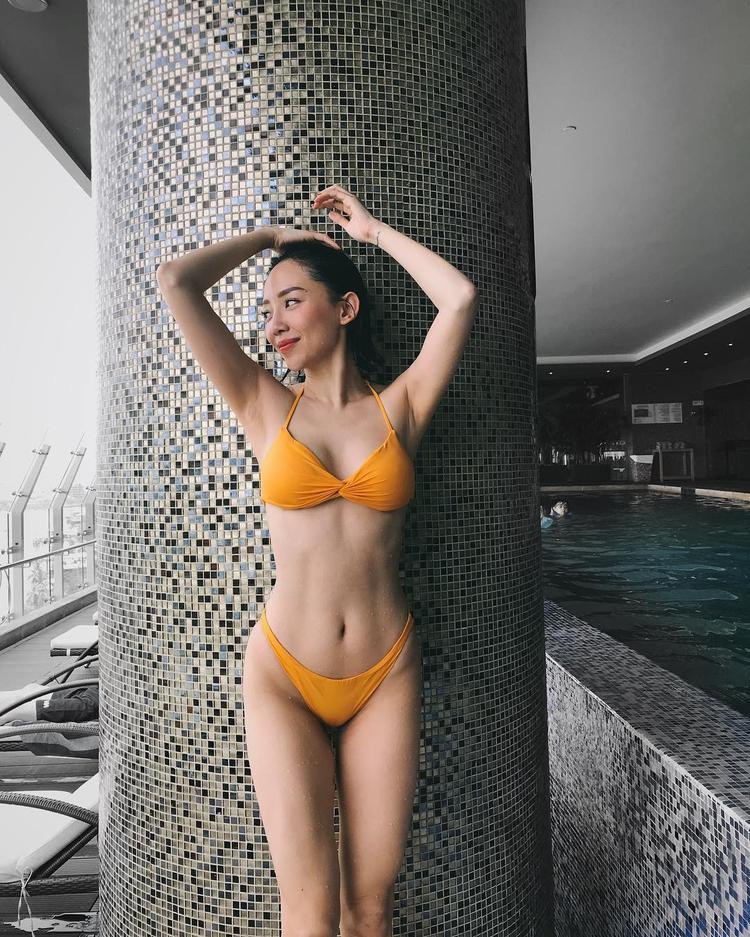 Là một trong những nữ ca sĩ sở hữu hình thể nóng bỏng của Vbiz, Tóc Tiên khiến người nhìn chẳng thể rời mắt khi khoe dáng cùng bộ bikini hai mảnh màu cam nổi bật, mang trọn hơi sắc mùa hè.