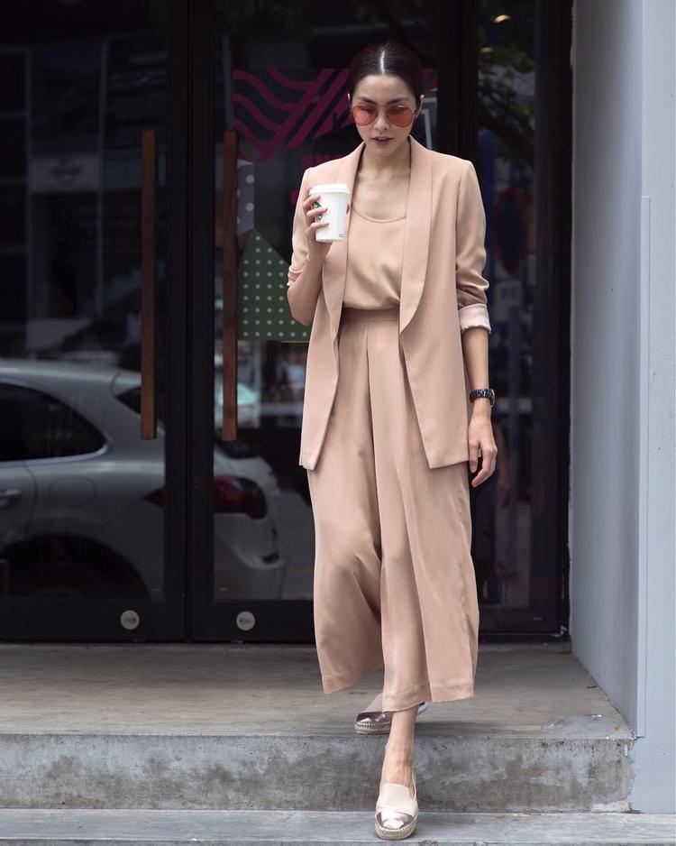 """Cả set đồ thanh cảnh tông màu beige là sự lựa chọn của """"ngọc nữ"""" Tăng Thanh Hà khi ra phố."""
