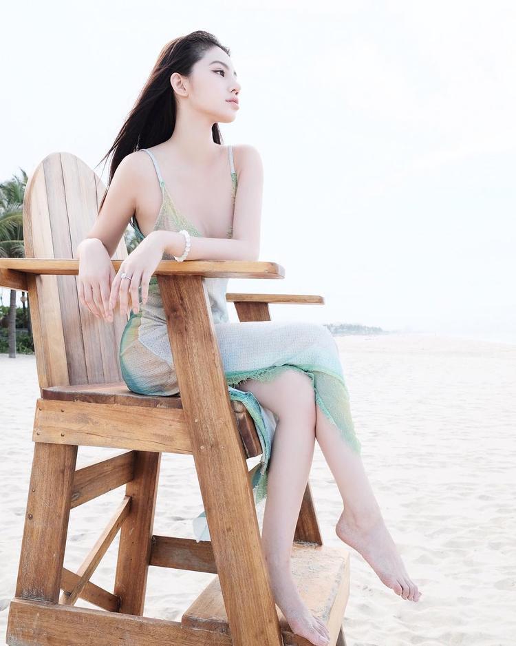 Jolie Nguyễn thả dáng trên bãi cát cùng váy lụa hai dây mỏng manh, đầy hững hờ.