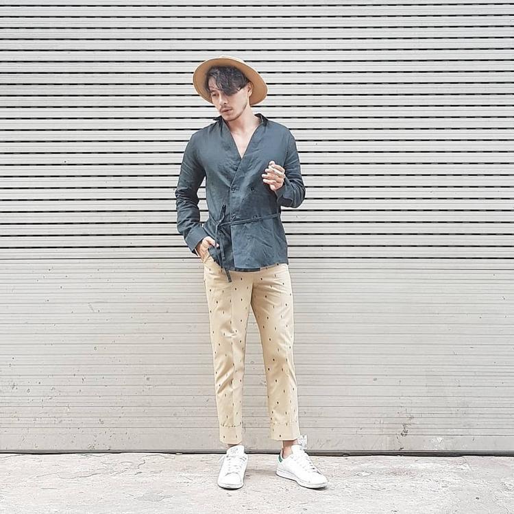 Trương Thanh Long khoe vẻ cá tính với áo sơ-mi biến kiểu cùng quần kaki tông màu đất.
